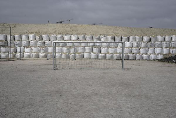 Fussballfeld vor Containerunterkunft