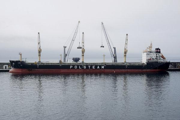 Frachtschiff in Hafen