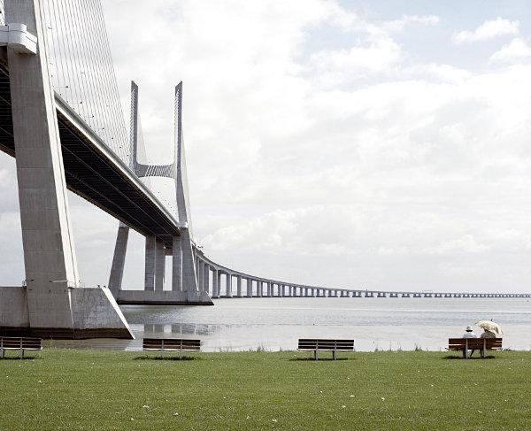 Paar am Fluss neben Brücke